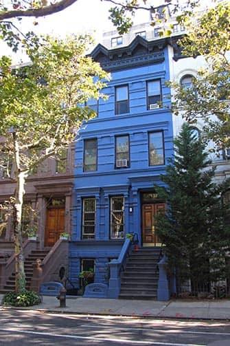 ニューヨークのアッパーウェストサイド 青い家