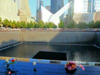 ニューヨーク 9/11メモリアル - バラの献花