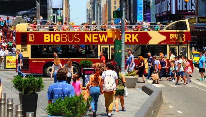ニューヨーク ビッグバス - タイムズスクエアを横断中