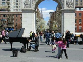 ニューヨーク 公園 ワシントンスクエアパーク での ライブ演奏