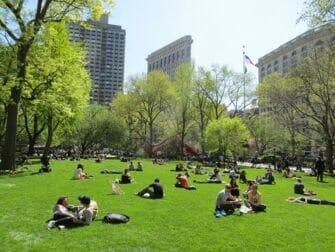 ニューヨーク 公園 マディソンスクエアパーク で 寛ぐ人々