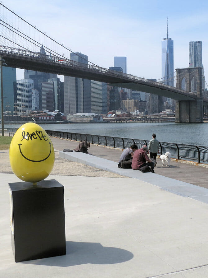 黄色いイースターエッグ ニューヨーク