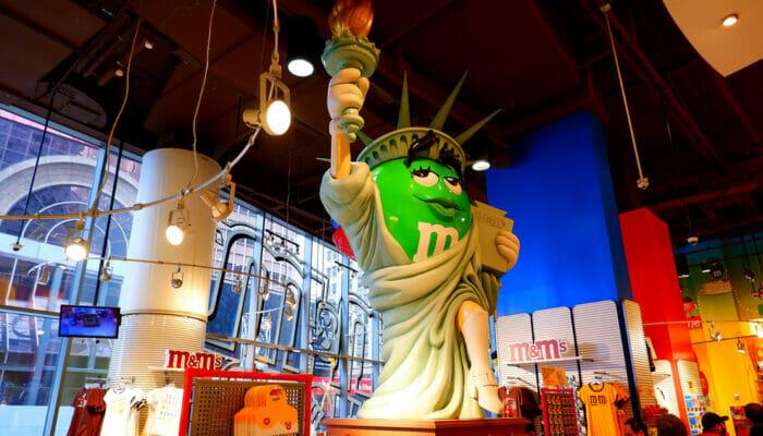 ニューヨーク タイムズスクエアのM&Mストア - 自由の女神