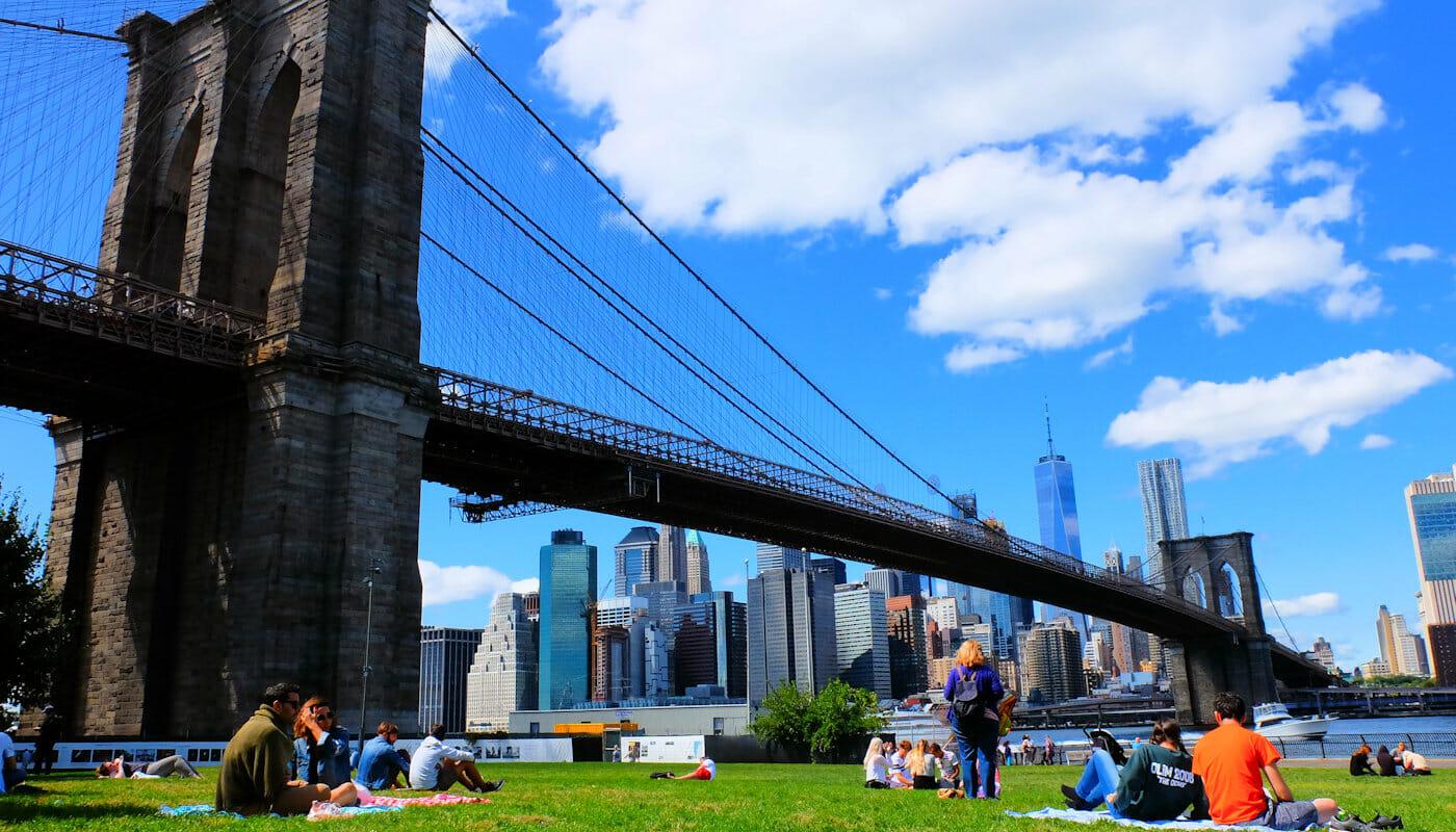 ニューヨーク ブルックリンブリッジパーク - リラックスする人々