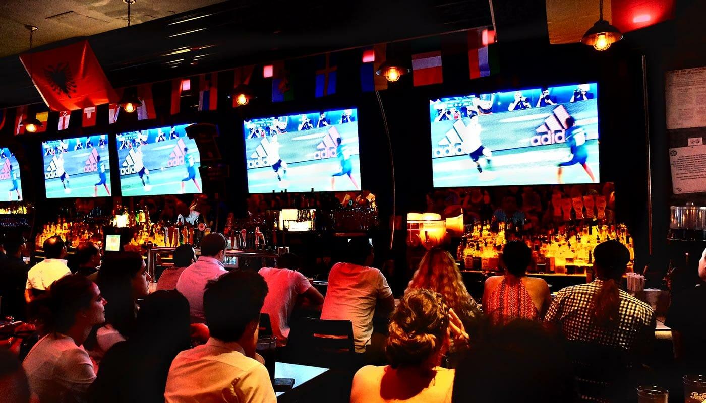 ニューヨークのスポーツバー、スポーツカフェ トニックバー店内