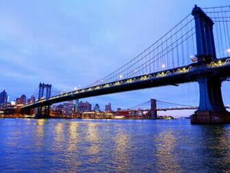 ニューヨークのマンハッタンブリッジ - 夜