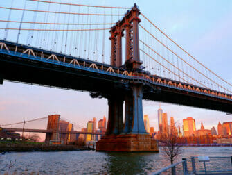 ニューヨークのマンハッタンブリッジ - 夕日